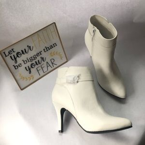 """NWOT Me Too """"Edwina"""" Women's White Ankle Booties"""